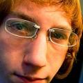 Piercingové okuliare prichytené na nose